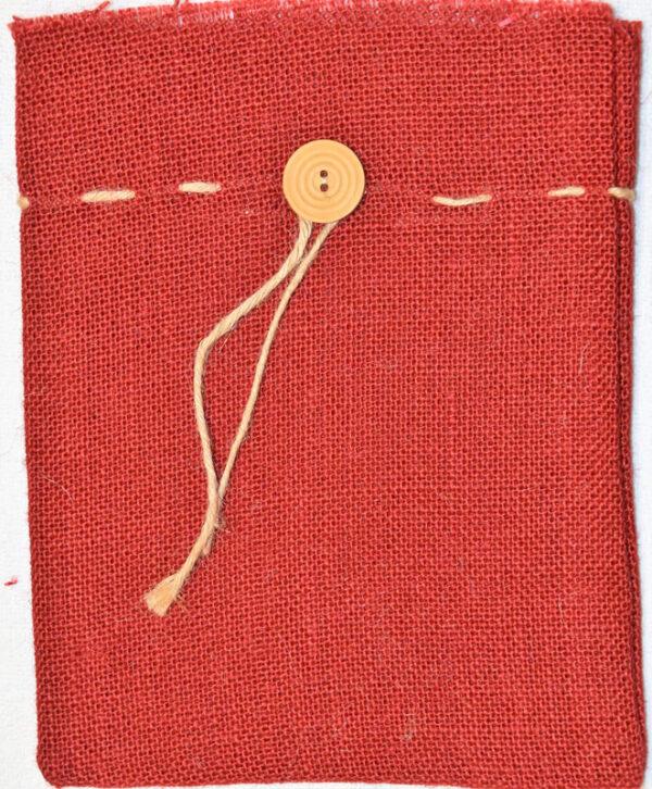 Červený jutový pytlík s knoflíkem